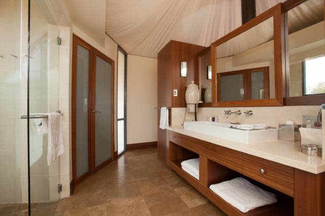 Longitude 131 hotel ayers rock bridge wickers for Luxury bathroom companies
